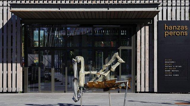 Ļaunprātīgi sabojāts Indriķa Ģelža mākslas darbs pie «Hanzas perona»